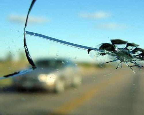 Ремонтировать трещину на лобовом стекле или менять стекло целиком?