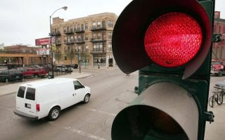 Какой штраф грозит водителю за проезд на красный сигнал светофора