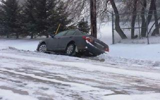 Как управлять автомобилем на скользкой дороге, чтобы не свалиться в кювет