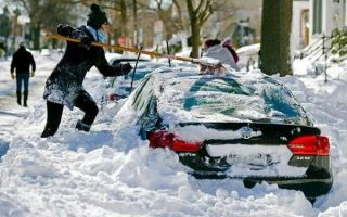 Как автолюбители освобождают автомобили из снежных ловушек