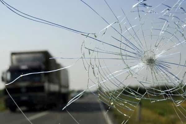 Лобовое стекло разбил камень. Кто возместит ущерб