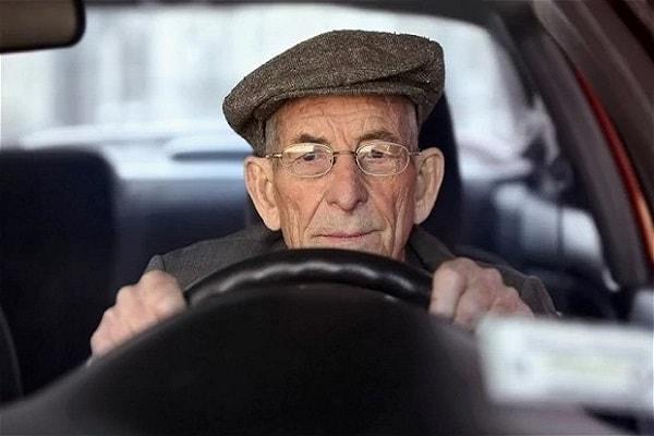 Пенсионер за рулем автомобиля