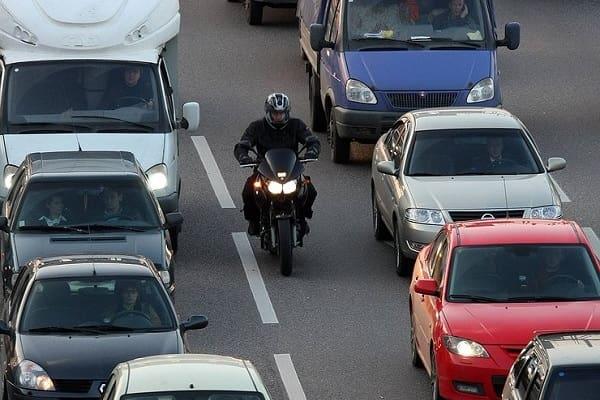 Мотоциклист между рядами