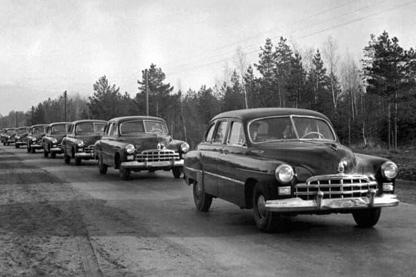 Колонна автомобилей ГАЗ-12 ЗиМ