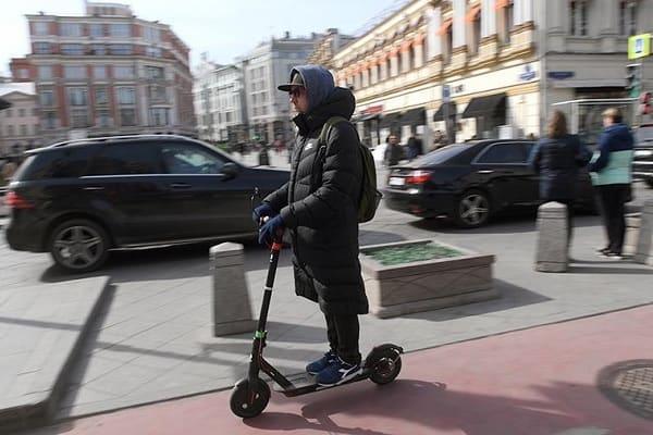 Электросамокаты собираются «приструнить». Станет ли от этого безопаснее пешеходам?