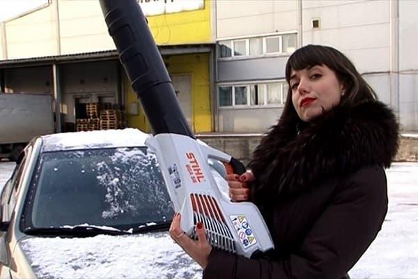Как очистить машину от снега