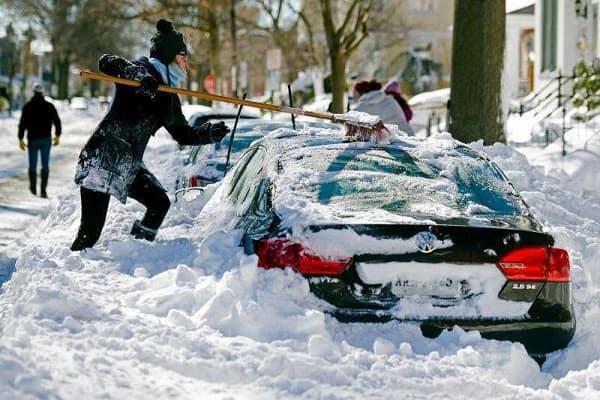 Освобождение машины из-под снега